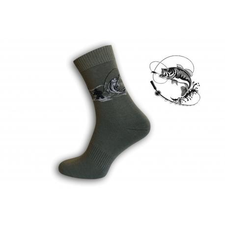 Zelené ponožky pre rybára ako loví rybu