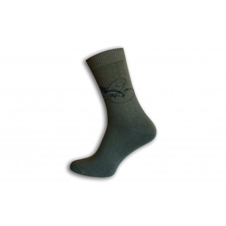 Zelené ponožky pre rybára.Rybár loví rybu