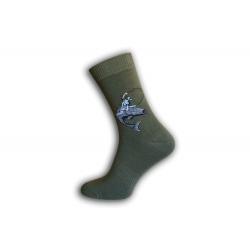 Zelené ponožky pre rybára - rybár jazdí na rybe