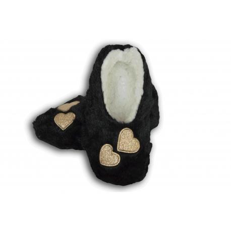 Čierne chlpaté papučky so srdiečkami