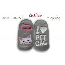 Kabelkové sivé ponožky ako papuče - s mačkou